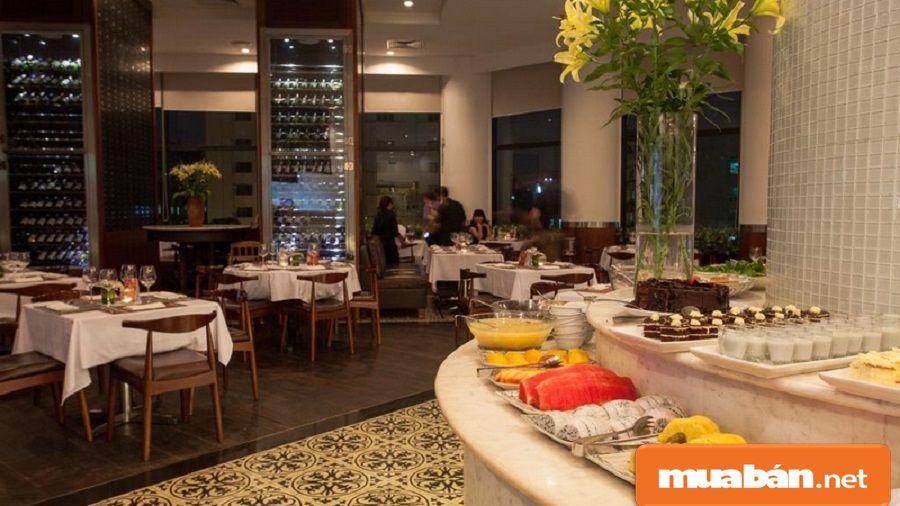 Nhà hàng sang trọng bên trong khách sạn với thực đơn đa dạng và phong phú.