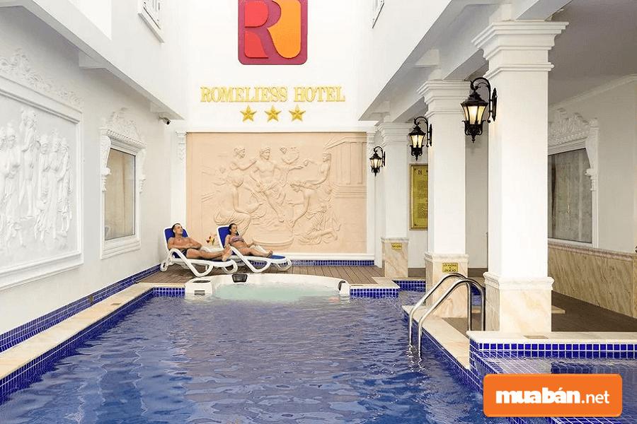 Khách sạn Romeliess được thiết kế và xây dựng theo kiến trúc Phương Tây.