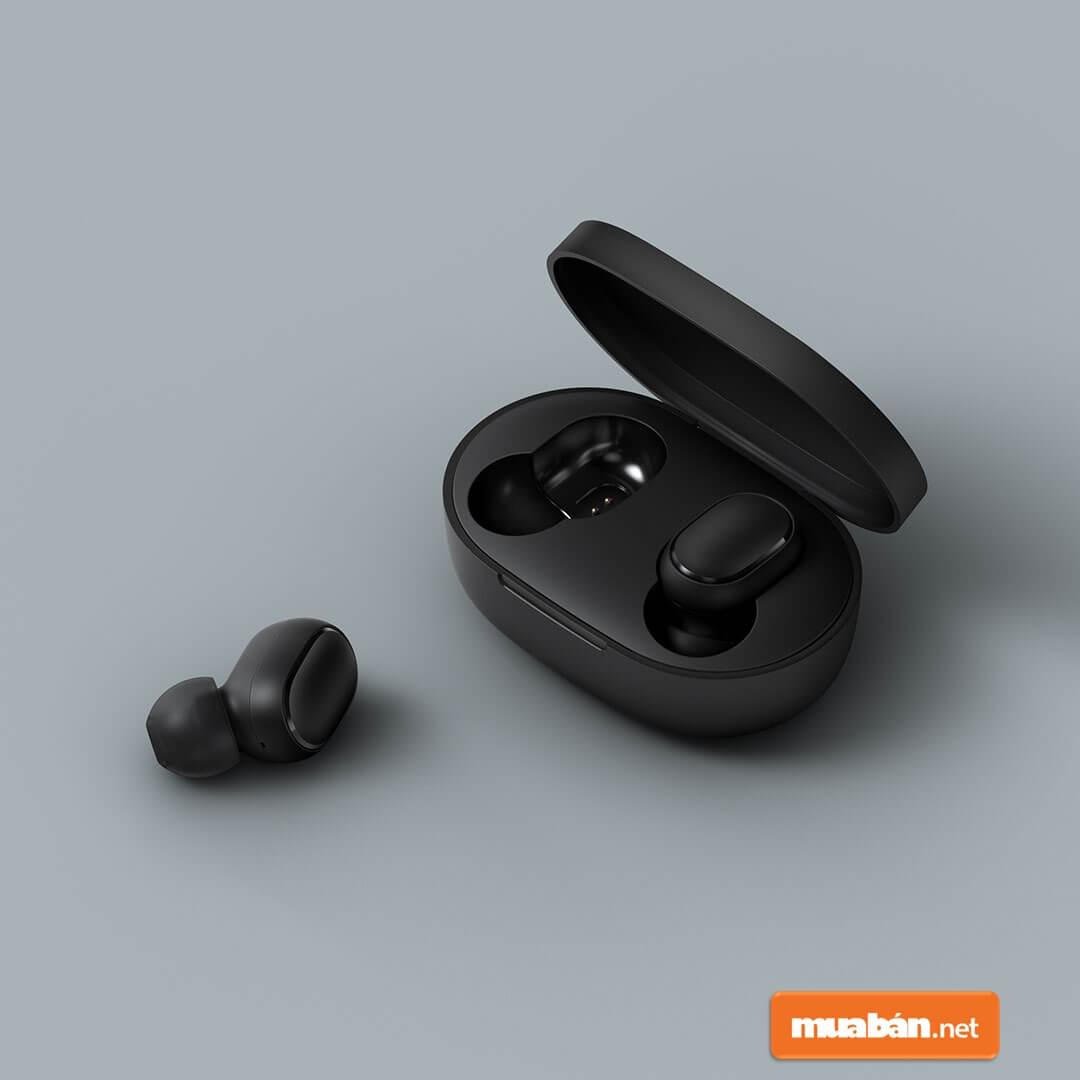 Redmi Airdots với thiết kế nhỏ gọn để vừa lỗ tai.
