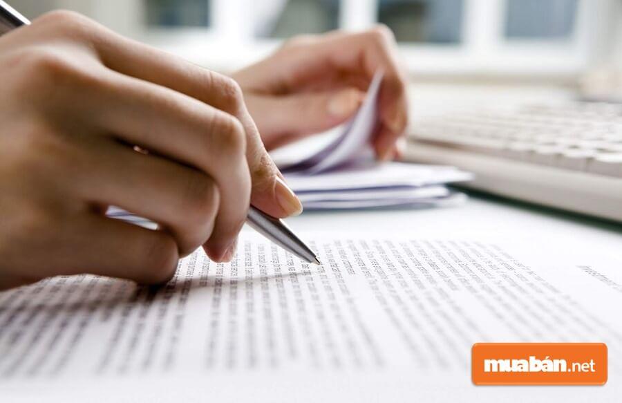Dịch thuật là một trong những công việc làm thêm tại nhà đặc biệt phù hợp với những bạn giỏi ngoại ngữ.