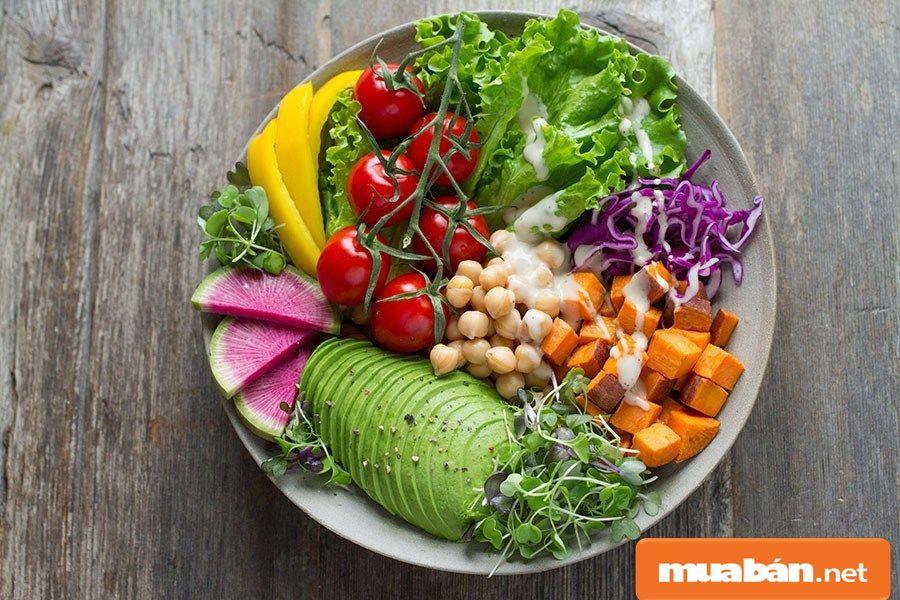 Món salad cũng được biến tấu với nhiều loại rau củ quả và sốt khác nhau.