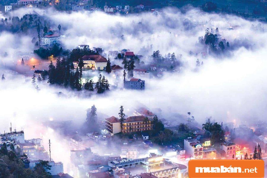 Đến Sapa dịp Tết, bạn sẽ được thưởng thức cảnh sương mù và biển mây trôi tại đây.