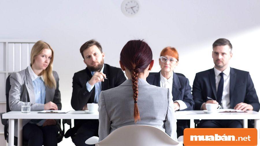 Hãy học cách bình tĩnh và tự tin khi trả lời câu hỏi tuyển dụng của nhà tuyển dụng.