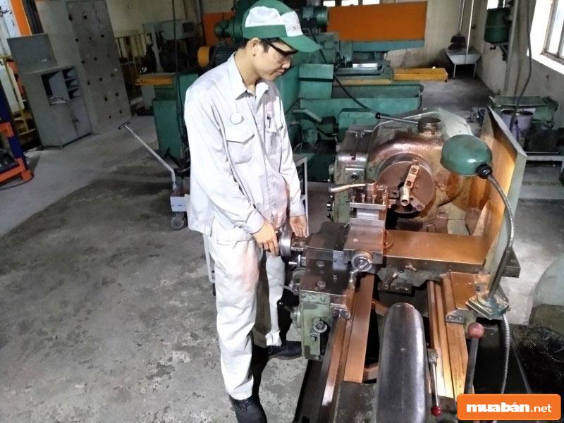 Tuyển công nhân hoạt động trong nhà máy, phân xưởng