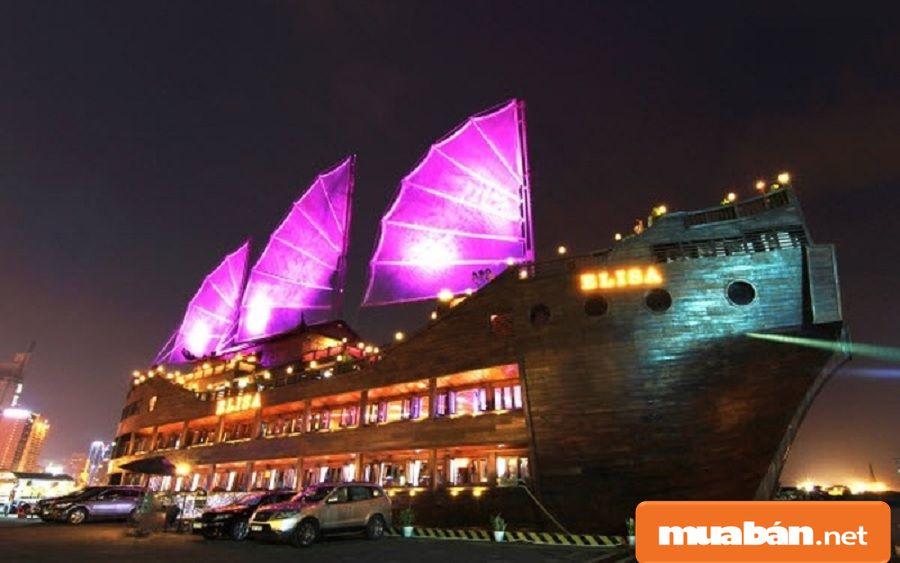 Bạn có thể cùng nhau trải nghiệm du lịch ở các nhà hàng nổi trên sông.