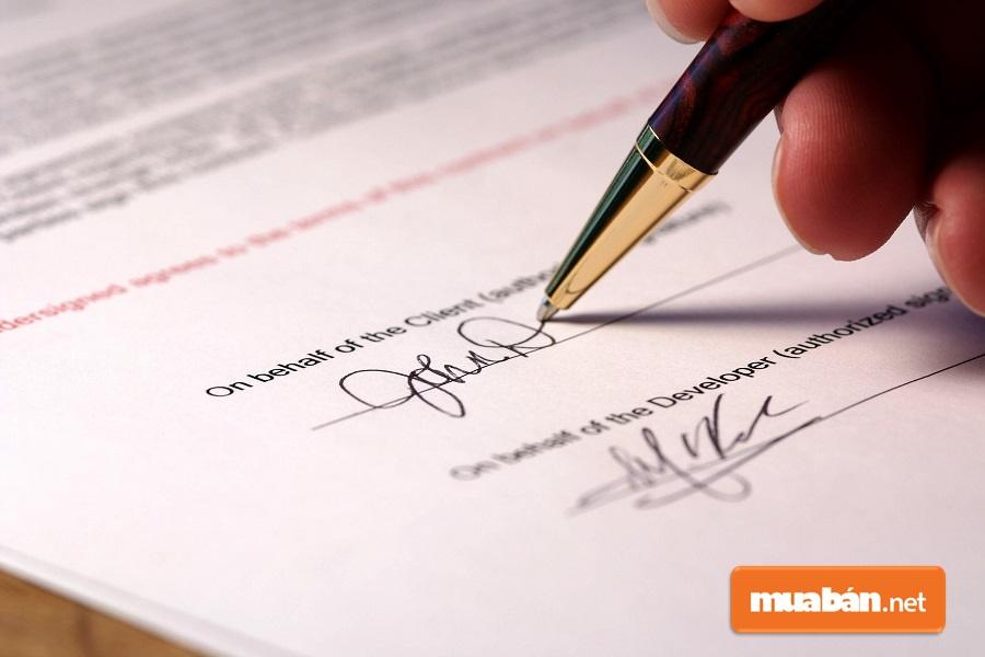 Chữ ký của các bên và dấu công chứng của cơ quan có thẩm quyền là yếu tố đảm bảo tính pháp lý cho bản hợp đồng.