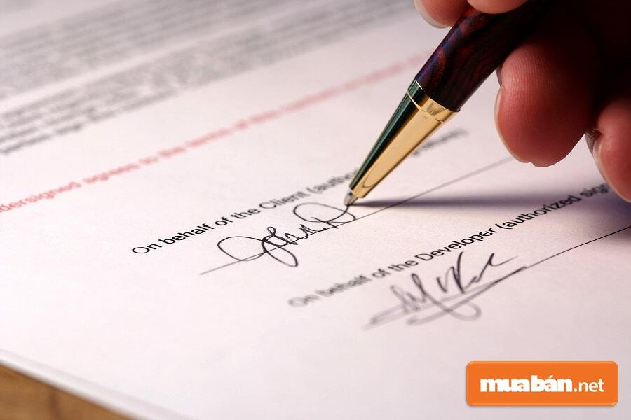Hợp đồng mua bán nhà đất cần được công chứng rõ ràng và có chữ kí xác nhận của các bên tham gia giao dịch.