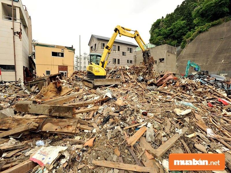 Mua xác nhà cũ là dịch vụ được ra đời nhằm đáp ứng nhu cầu xử lý phế liệu sau phá dỡ nhà ở và các công trình xây dựng.