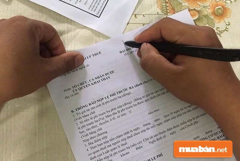 Bên mua mang tất cả các giấy tờ trên cùng với hợp đồng mua bán xe mang đến Chi cục Thuế quận/huyện nơi mình sinh sống để nộp thuế trước bạ.