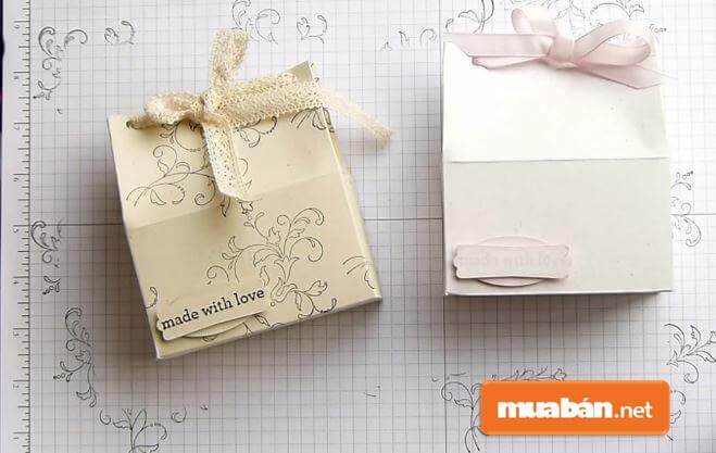 Gấp túi giấy, hộp quà là một công việc đòi hỏi sự khéo léo, tỉ mỉ.