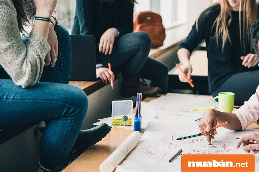 Bạn nên tận dụng các mối quan hệ bạn bè, đồng nghiệp xung quanh để nhờ họ giới thiệu.