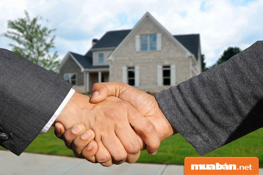 Ngoài ra, bạn cũng có thể nhờ các nhà môi giới bất động sản, các công ty dịch vụ nhà đất.