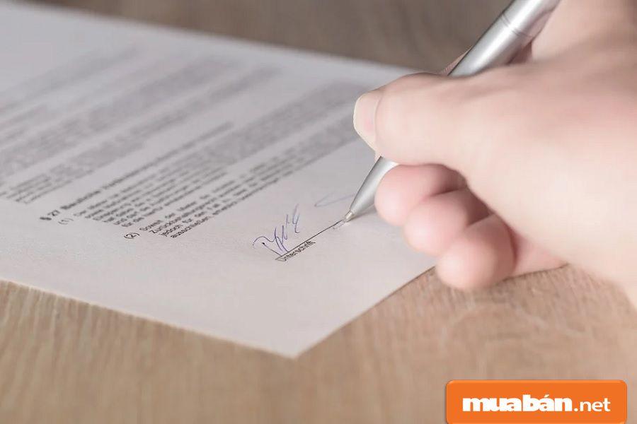 Bạn cần phải rà soát lại thật kỹ các thông tin trong hợp đồng trước khi ký để an toàn hơn.