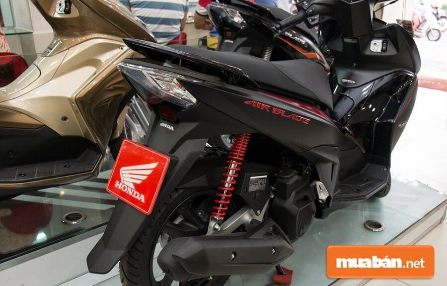 Honda Còn Tung Ra Thị Trường Phiên Bản Air Blade 2015 Đặc Biệt Với Sơn Từ Tính Đen Mờ Toàn Thân Xe Black Edition.