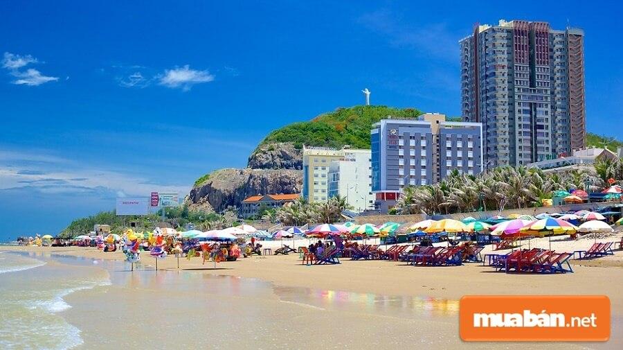Bãi Sau, hay còn được gọi là bãi Thùy Vân, nằm ở phía Đông Nam thành phố Vũng Tàu.