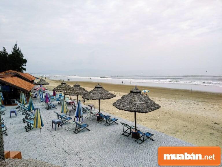 Du khách có thể tự chuẩn bị sẵn thức ăn nấu tại Long Cung Resort rồi thuê lều và ghế để vừa ăn vừa nghỉ ngơi.
