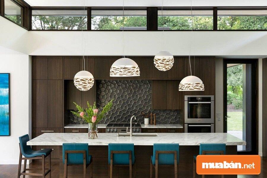Mẫu phòng bếp hiện đại với tủ gỗ tối màu