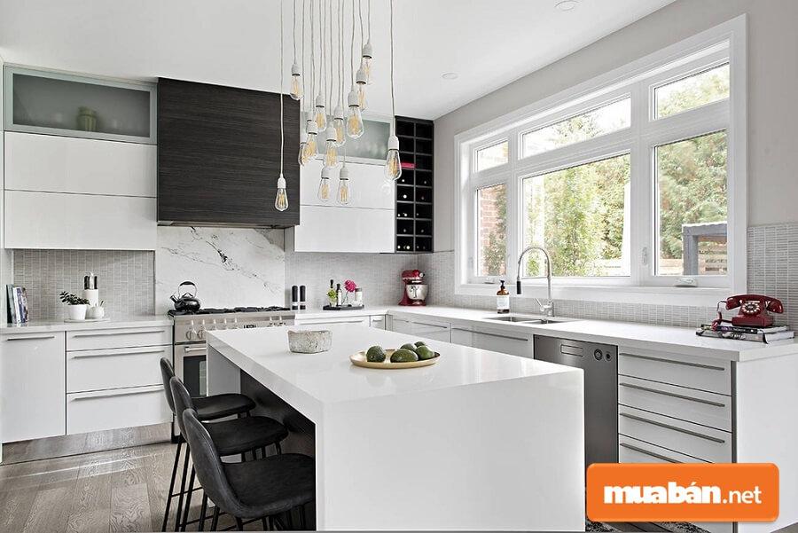 Mẫu phòng bếp ấn tượng với đảo bếp thạch anh trắng