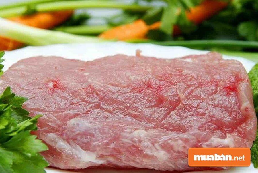 Thịt lợn sạch có màu hồng tươi. Khi các mẹ dùng tấn tay vào miếng thịt sẽ thấy ấm và không rỉ nước.