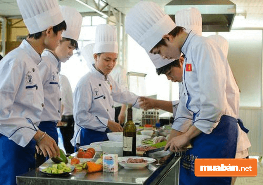 Phụ Việc Trong Bếp Sẽ Hỗ Trợ Rất Nhiều Cho Bếp Chính Trong Quá Trình Nấu Ăn.