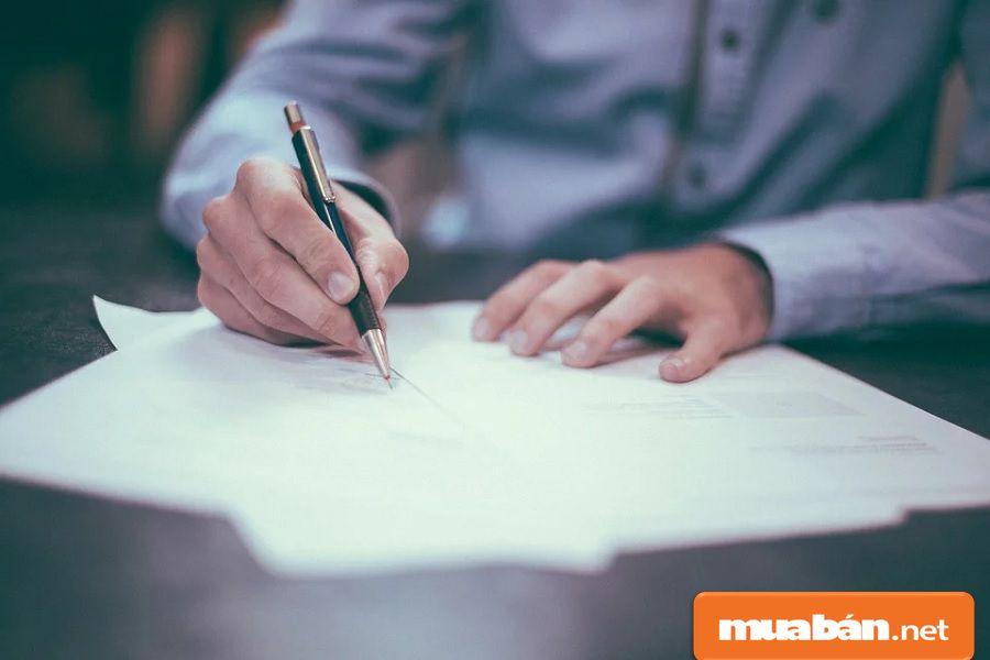 Các điều khoản, nội dung trong hợp đồng mua bán đất, bạn cần phải đọc kỹ.