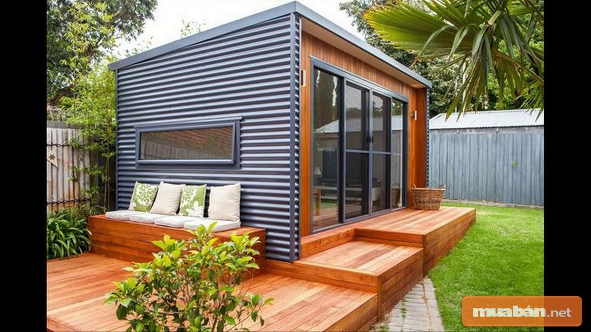 Hàng hiên gỗ khiến căn nhà này trở nên sang trọng và ấn tượng hơn