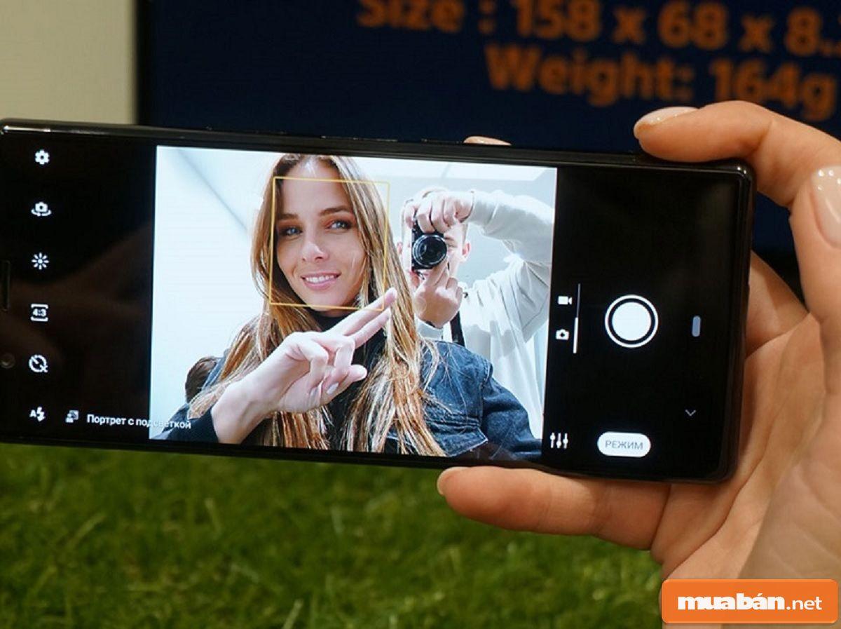 Camera trước của điện thoại có độ phân giải là 8MP và được hỗ trợ các tính năng khá cao cấp.