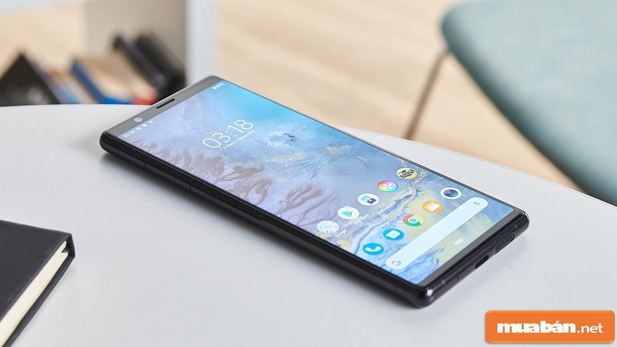 Điện thoại được thiết kế mở khóa bằng cảm biến vân tay và nhận diện khuôn mặt.