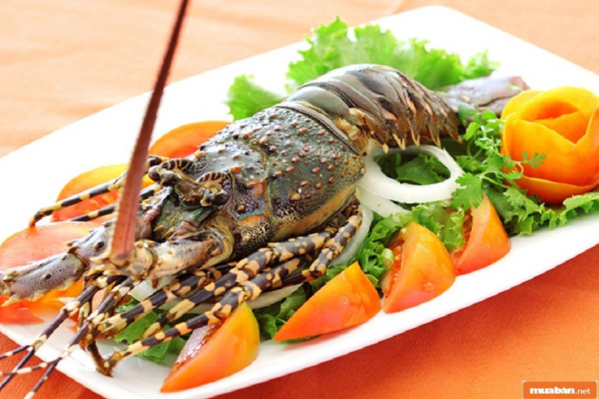 Lẩu tôm hùm với nước dùng đậm đà sẽ cho bạn 1 bữa ăn đáng nhớ đấy