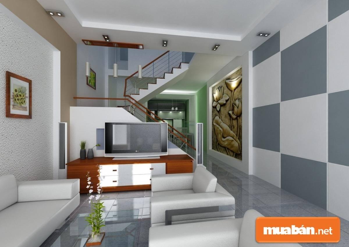 Nội thất nhỏ gọn, tường trang trí làm điểm nhấn nổi bật của phòng khách này.