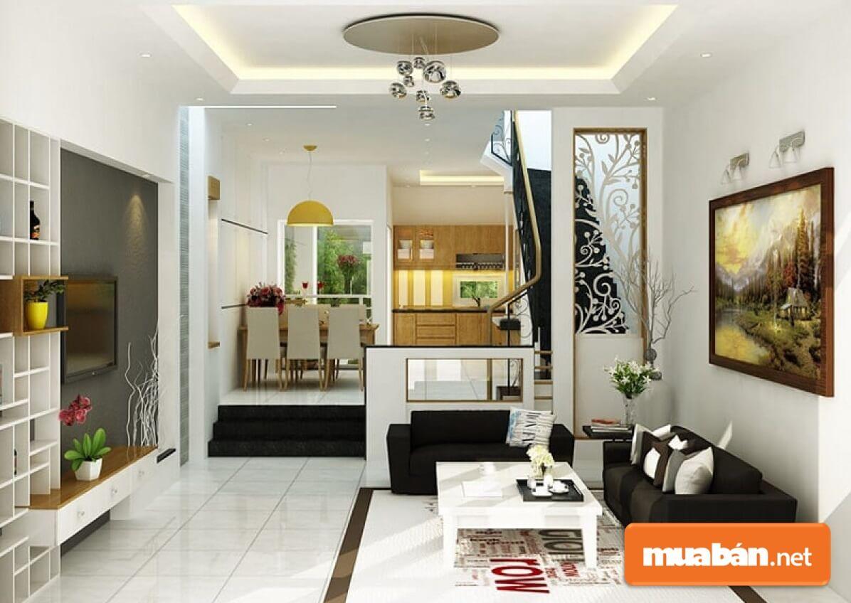 Bộ sofa bé xinh và sơn tường màu sáng làm không gian phòng khách này thêm thông thoáng.