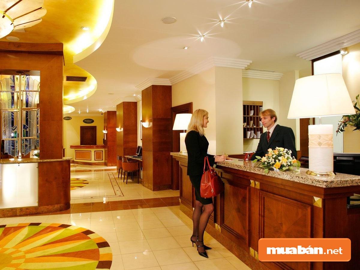 Lễ tân khách sạn Vĩnh Long