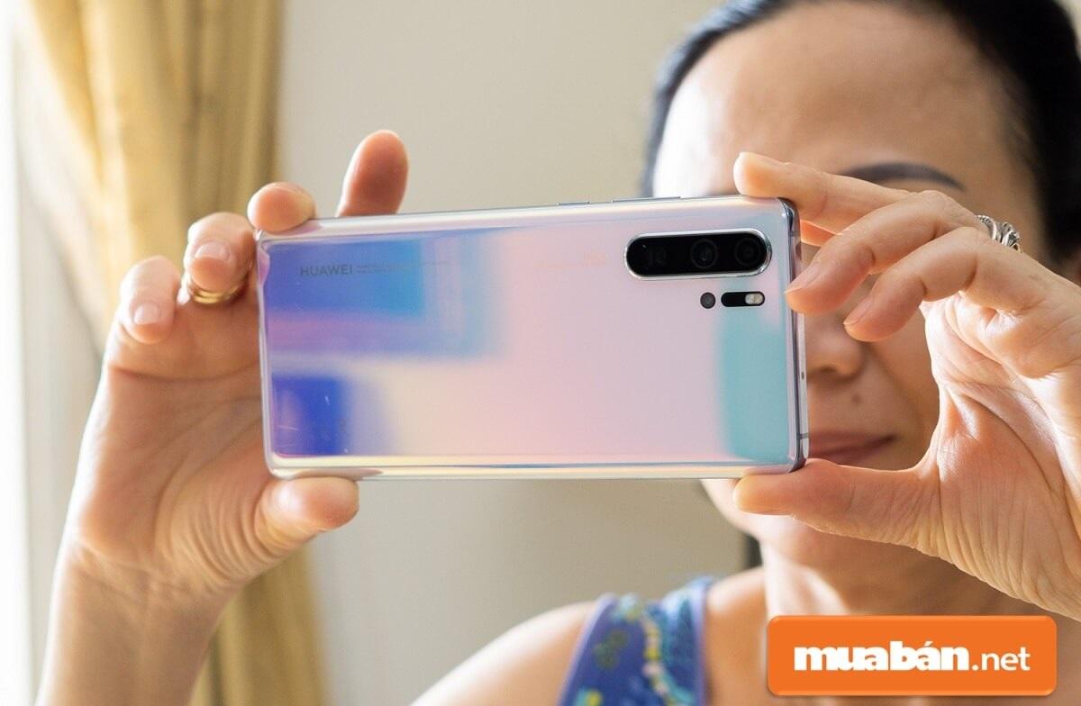 Huawei P30 Pro được trang bị bộ xử lý Hisilicon Kirin 980 8 nhân 64-bit kết hợp với 8 GB RAM.